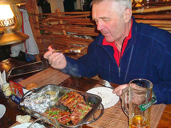 """Вкусно поесть можно в кафе """"Терем"""" расположеном на трассе сектора А"""