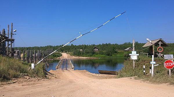 Понтонный мост через Онегу (Стоимость переправы - 100 руб с легковой машины)