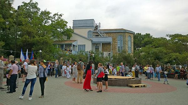 Площадь перед домом Волошина