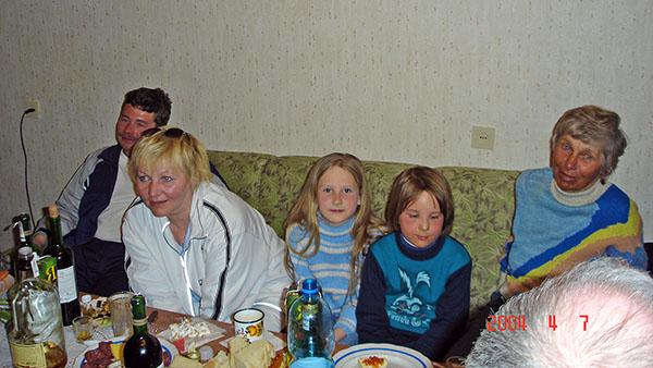 Крайняя справа пожилая женщина – наш первый инструктор Валентина.